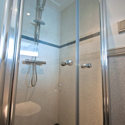 Elke hut zijn eigen douche en wc
