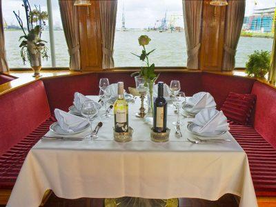 Gedekte tafel in de radersalon van de Kapitein Anna