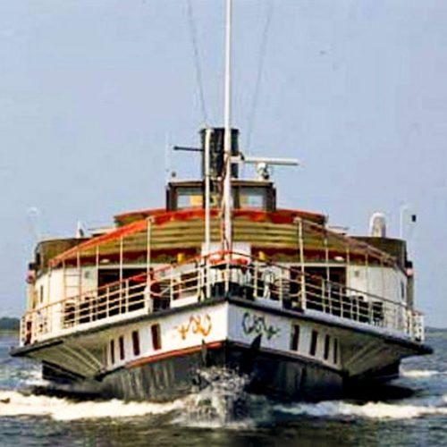 de boeg van partyboot Kapitein Anna